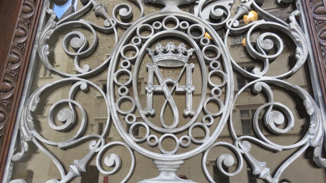 Initiales commémorant Marguerite et Henri II de Navarre au château de Pau
