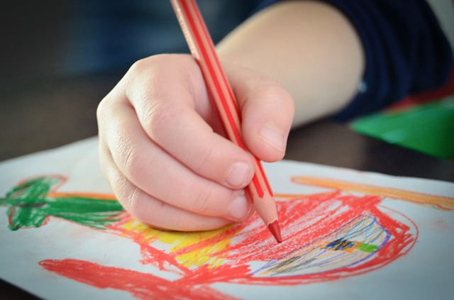 un enfant s'ennuie et dessine à l'Église