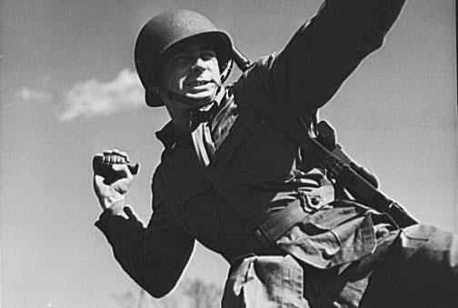 grenade_paratrooper_1943_700